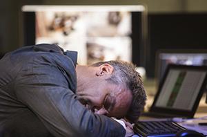 Não configura justa causa trabalhador que dorme em serviço por ausência de intervalo para descanso