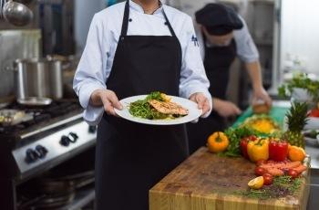 Cozinheira submetida a jornadas exaustivas será indenizada por dano existencial