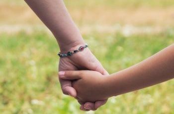 Justiça do Trabalho reverte justa causa aplicada à mãe de criança autista que faltou ao serviço para cuidar do filho