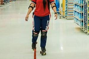 Atendente de supermercado que caiu de patins receberá indenização por danos materiais e morais